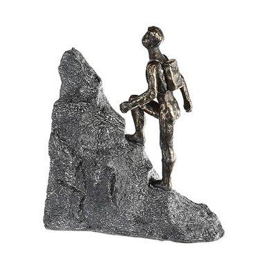 Beeldje door bergen en dalen gaan sculptuur